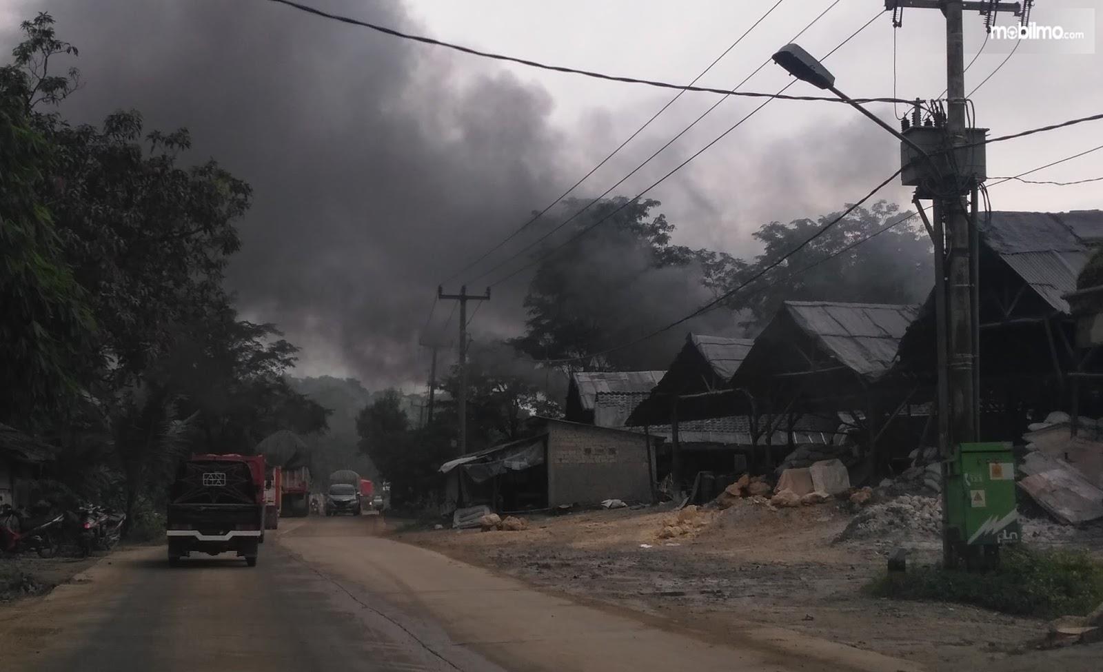Proses pembakaran di pabrik kapur hasilkan asap pekat
