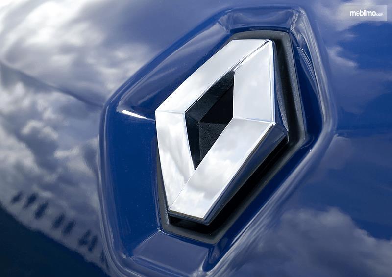 Gambar ini menunjukkan logo Renault uang terletak pada bodi warna biru