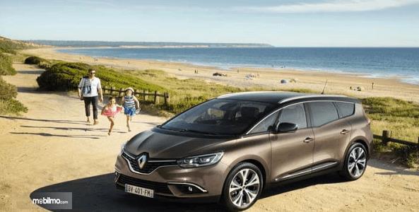 Gambar ini menunjukkan mobil Renault Kwid sedang berada di dekat pantai