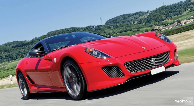 Gambar ini menunjukkan bagian depan mobil Ferrari 599 GTO dengan warna merah