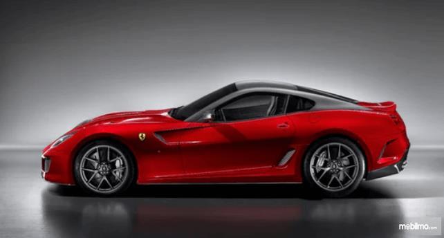Gambar ini menunjukkan mobil Ferrari 599 GTO warna merah tampak sisi samping