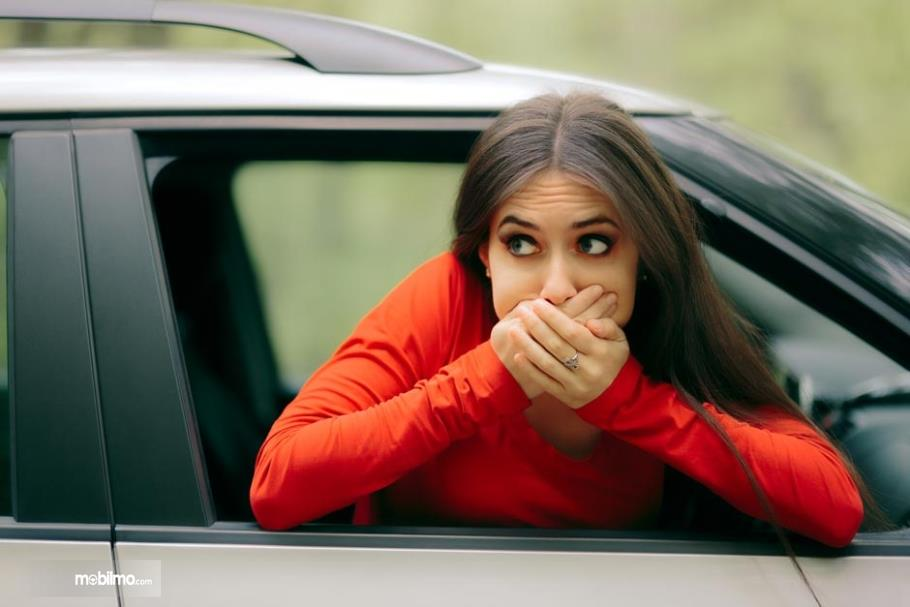 Penumpang mobil mabuk perjalanan