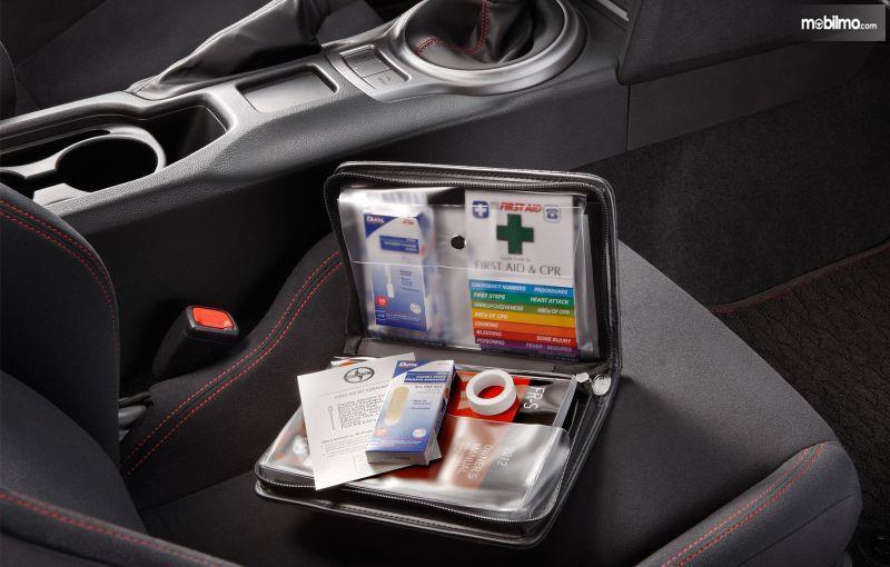 Foto perlengkapan P3K dalam mobil