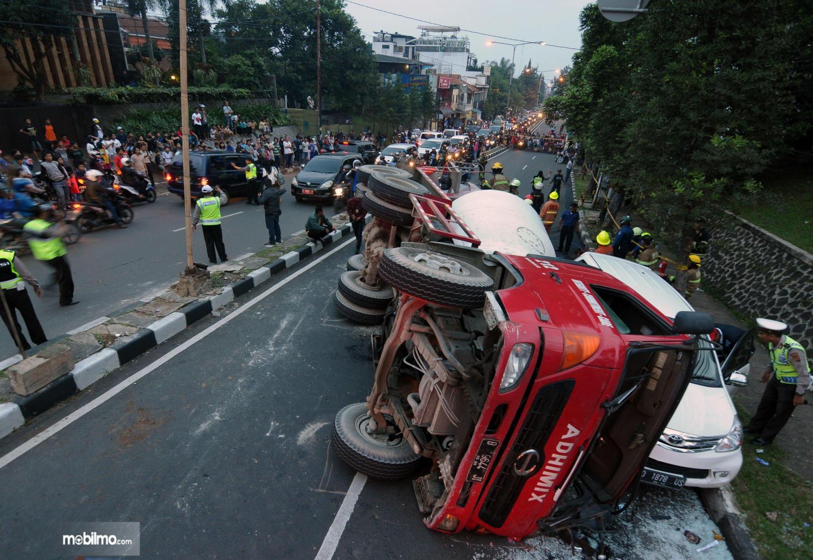 Foto truk terguling di jalan raya