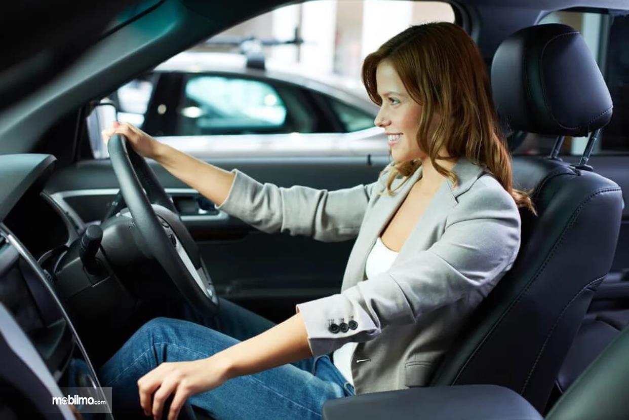 Wanita sedang mengemudi mobil