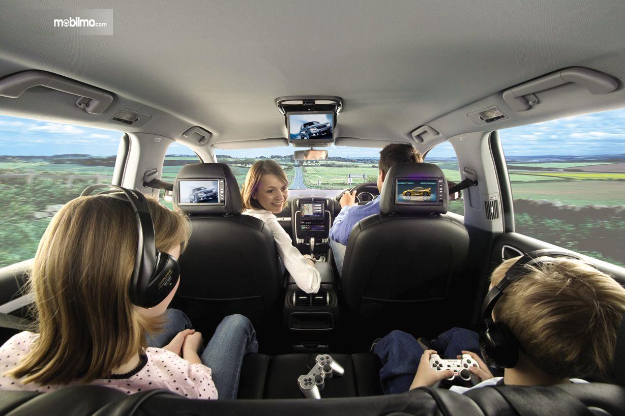 Foto menunjukkan penumpang mobil merasa nyaman karena kabin lega dan tidak berdesakan