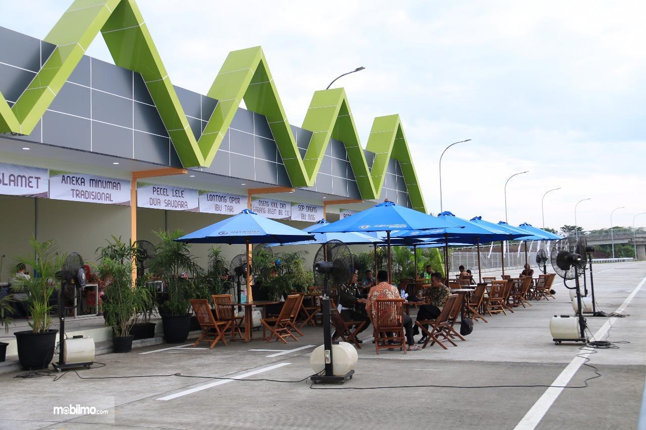 Foto keramaian di rest area jalan Tol Trans Jawa