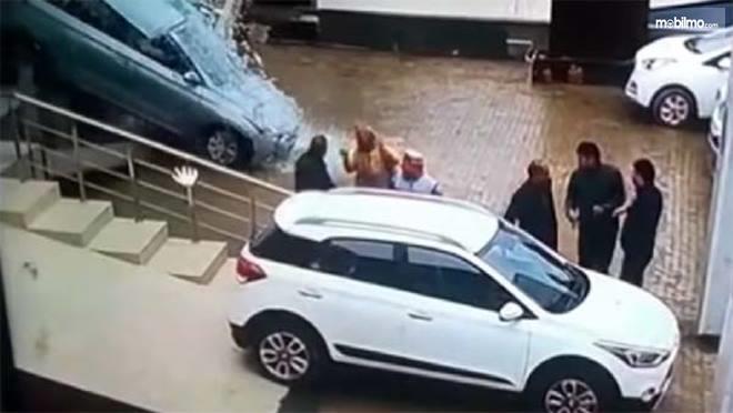 Foto Hyundai Elite i20 yang terlibat insiden tampak dari samping