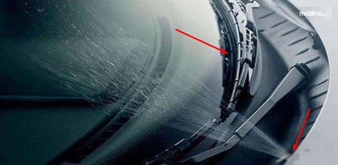 Gambar ini menunjukkan wiper mobil dan air wisher yang sedang menyemprot
