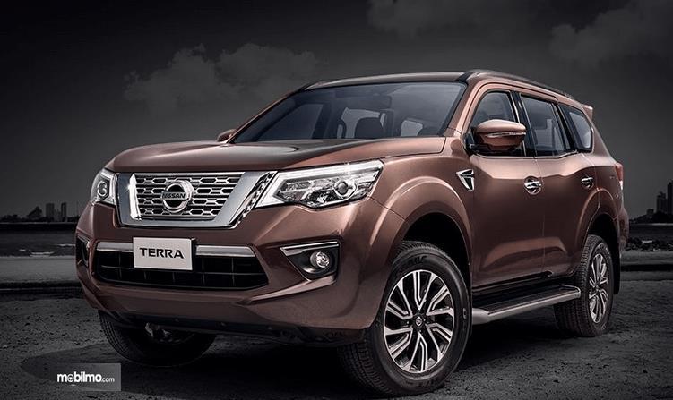 Gambar ini menunjukkan Mobil Nissan Terra tampak bagian depan dan samping kiri