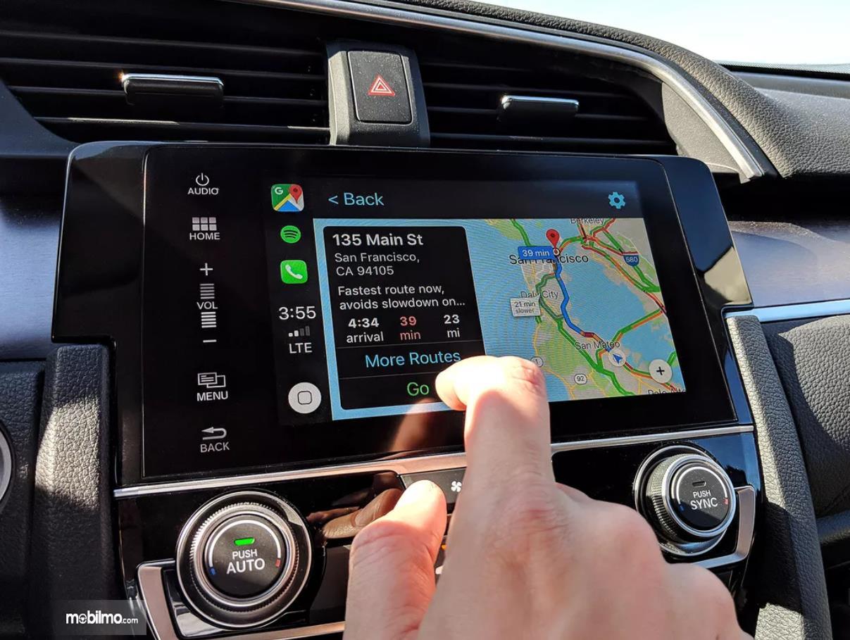 Foto GPS Google Maps di mobil