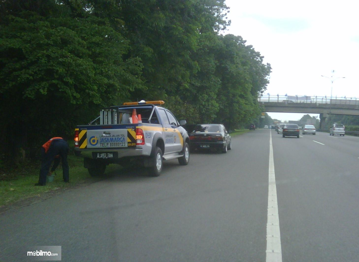 Foto mobil mogok di jalan tol dibantu petugas