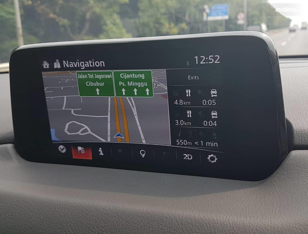 Foto perangkat GPS terpasang di mobil
