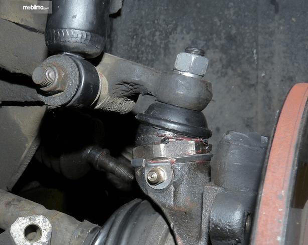 Gambar ini menunjukkan beberapa bagian pada komponen roda mobil