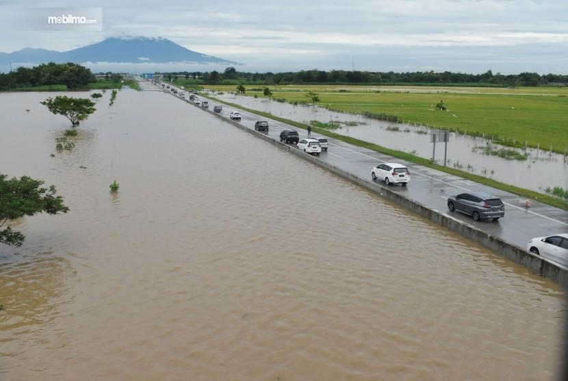 Foto banjir melanda Jalan Tol Ngawi Kertosono