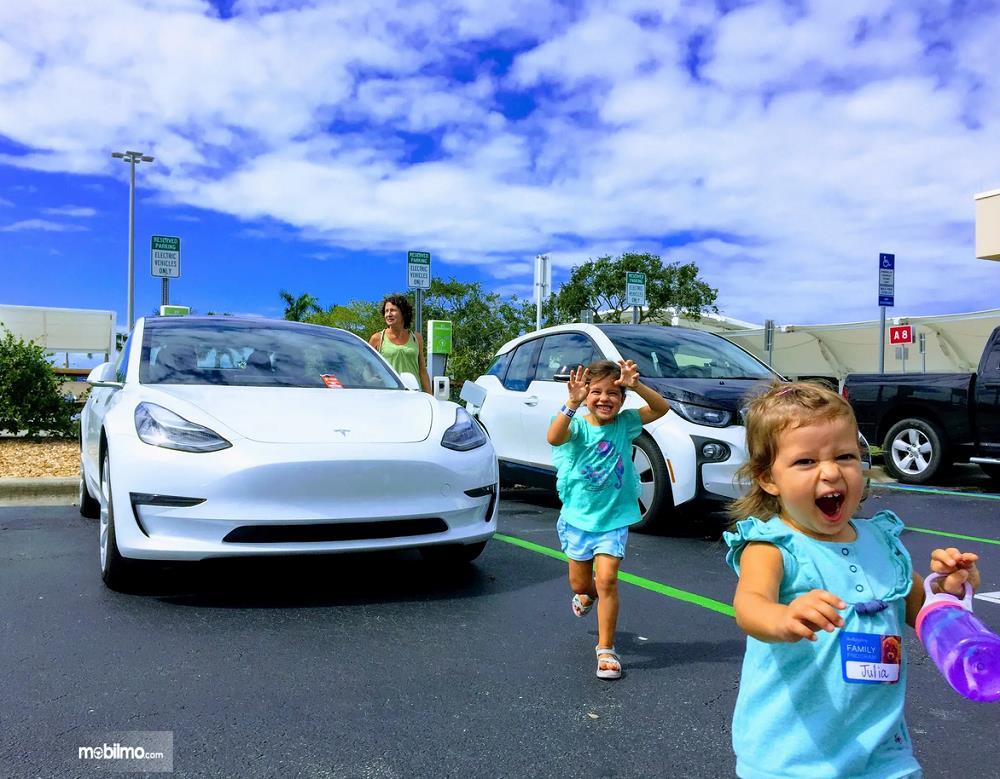 Foto Tesla Model 3 tampak dari depan