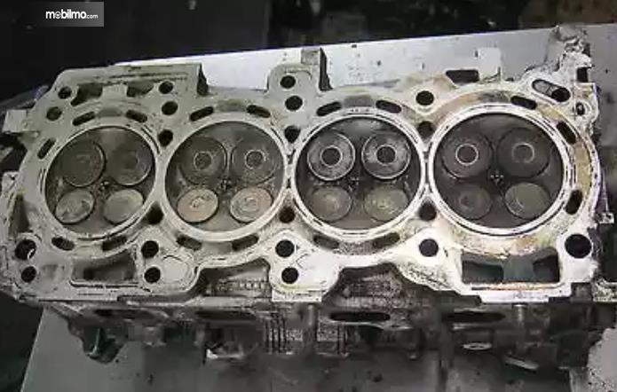 Gambar ini menunjukkan potongan bagian mesin dengan terdapat 16 klep