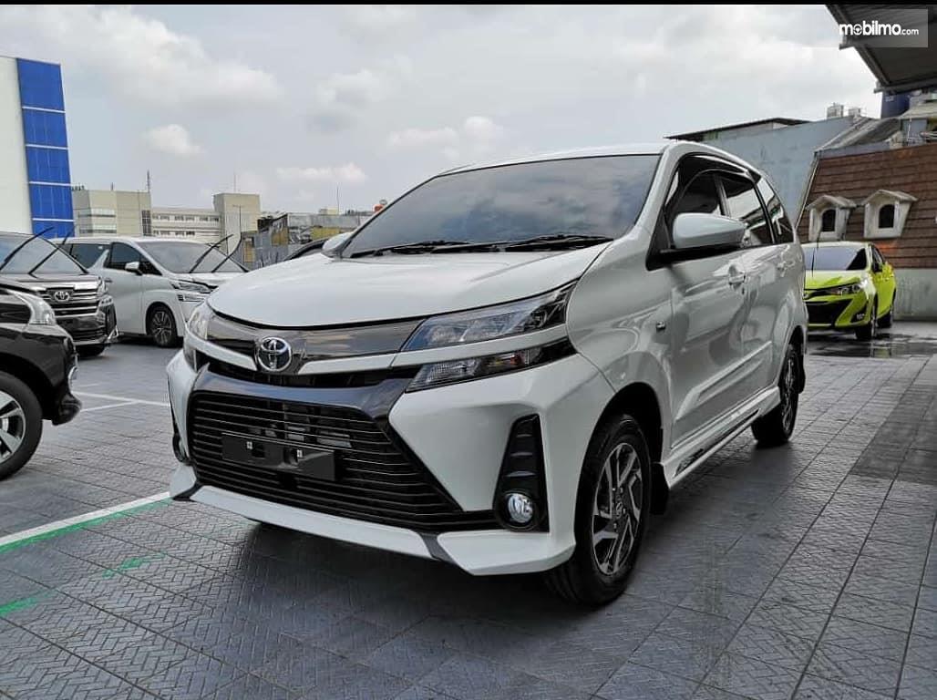 Foto Toyota Avanza 2019 tampak dari samping depan