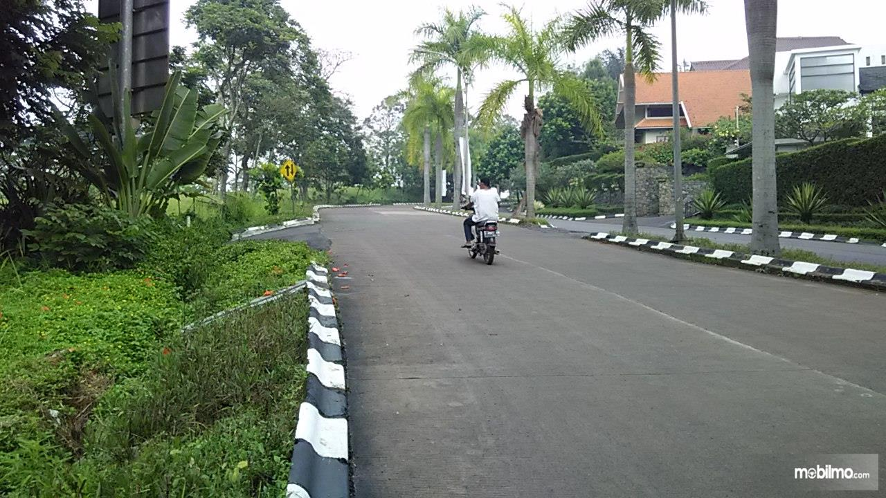 Foto jalanan komplek, sepi dan lengang