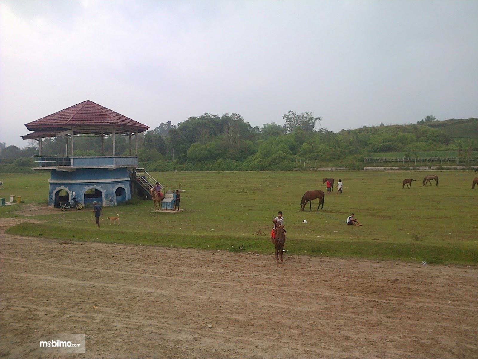 Foto arena pacuan kuda di hari-hari biasa