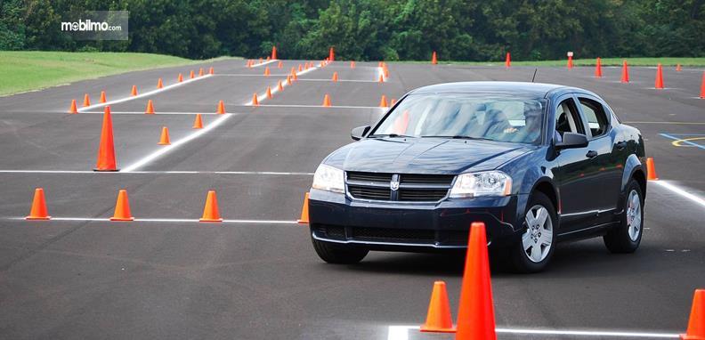 Foto seseorang sedang belajar mengemudi di tempat kursus