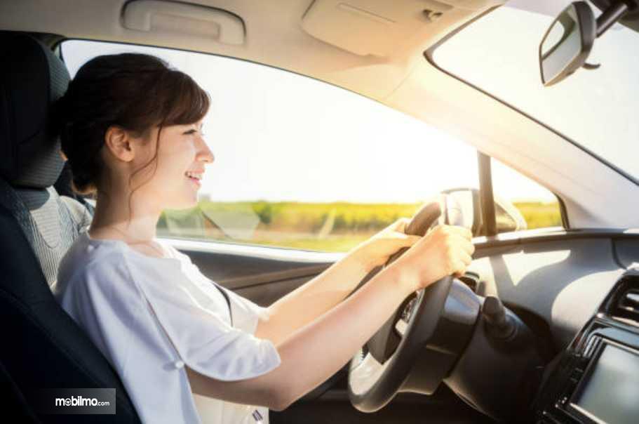 Foto pengemudi wanita sedang fokus