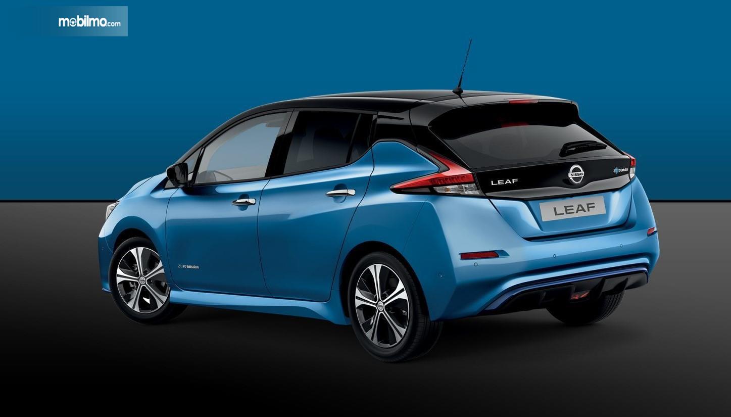Foto Nissan LEAF tampak samping belakang