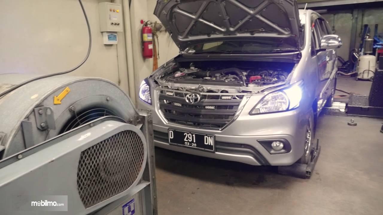 Tampak Toyota Kijang Innova naik mesin dyno