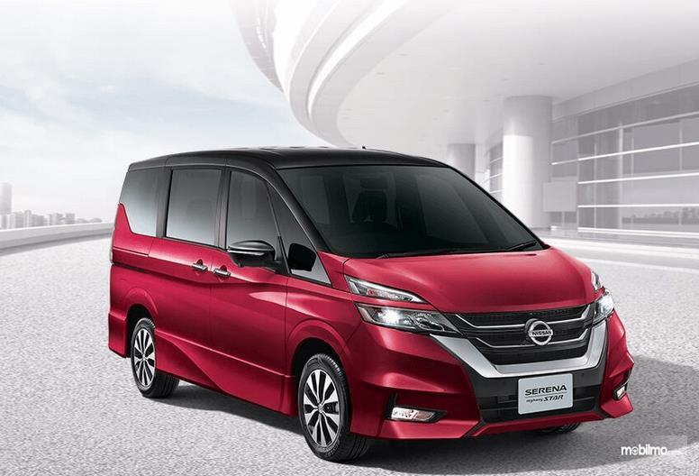 Gambar ini menunjukkan mobil All New Nissan Serena Highway Star 2019 warna merah tamak depan dan samping kanan