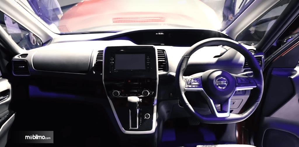 Gambar ini menunjukkan bagian dashboard dan kemudi All New Nissan Serena Highway Star 2019
