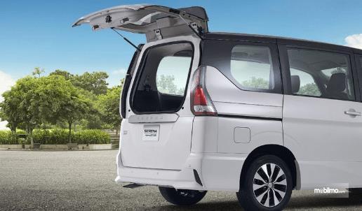 Gambar ini menunjukkan All New Nissan Serena Highway Star 2019 warna putih dengan pintu belakang terbuka