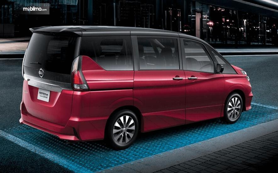 Gambar ini menunjukkan bagian samping dari mobil All New Nissan Serena Highway Star 2019