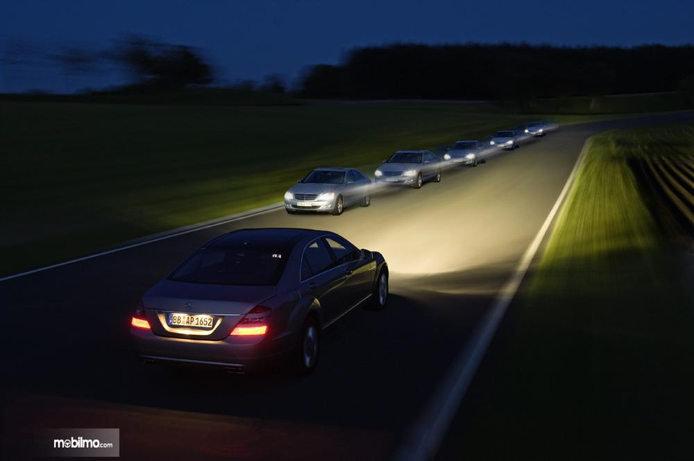 Foto mobil-mobl berjalan di malam hari
