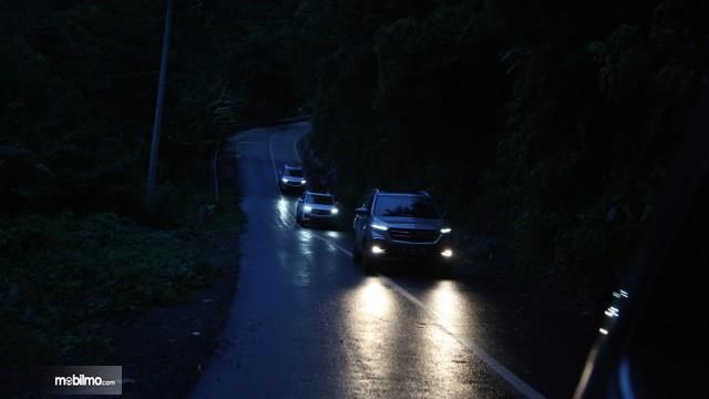 Foto test drive Wuling Almaz di jalan pegunungan malam hari
