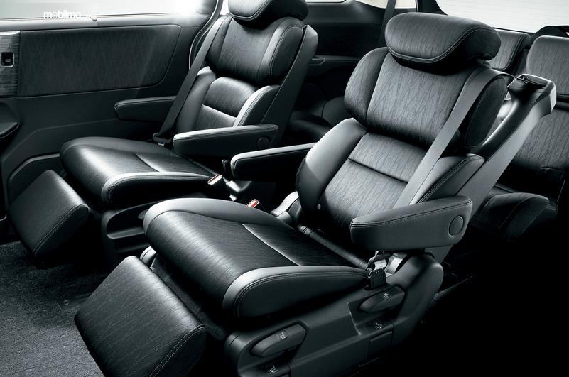 Gambar ini menunjukkan jok mobil warna hitam 2 buah dengan Captain Seat