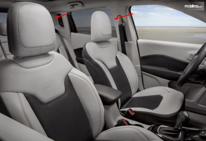 Gambar ini menunjukkan jok mobil dengan headrest ditinjuk dengan anak panah merah