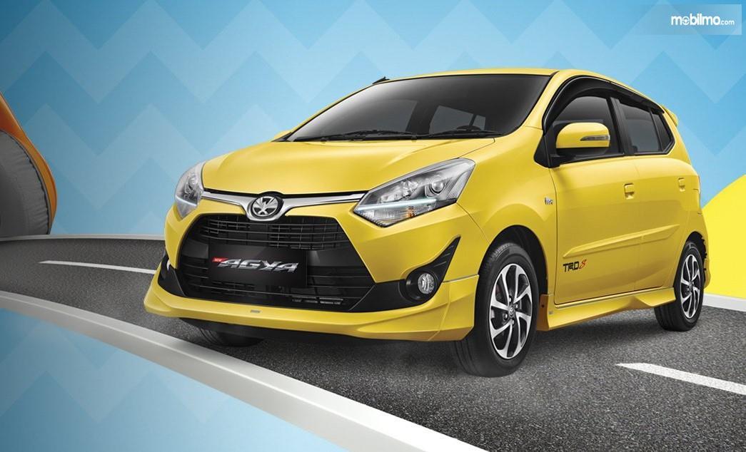 Foto Toyota Agya tampak samping depan