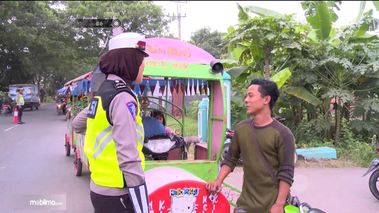 Petugas menilang odong-odong yang beroperasi di jalan raya