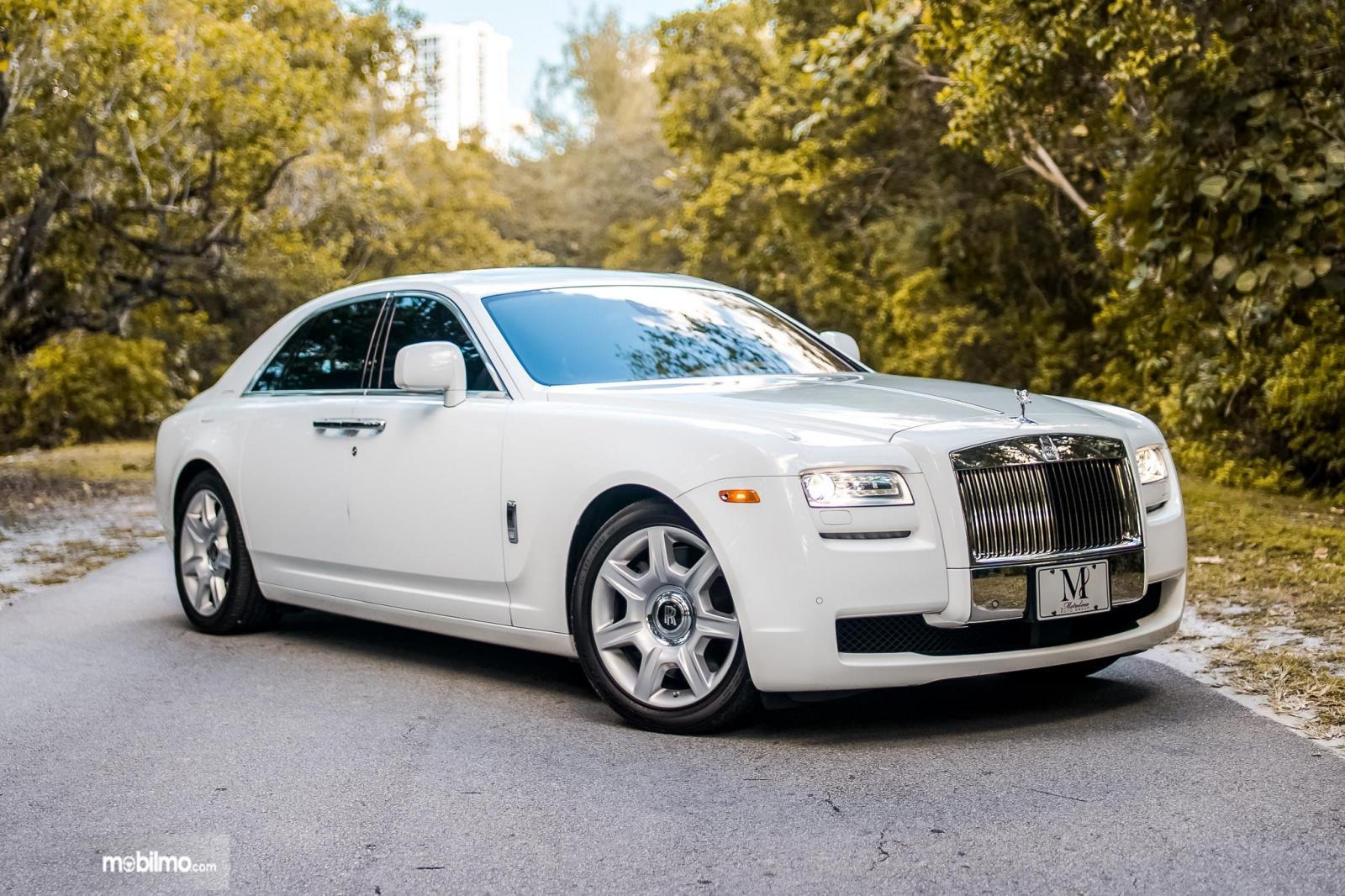 Foto mobil Rolls Royce warna putih tampak dari samping depan