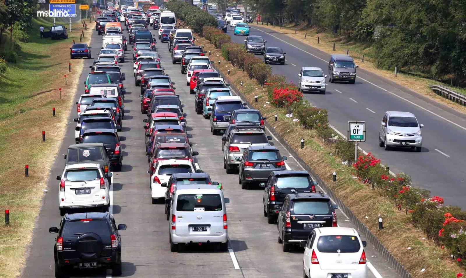 Foto kepadatan lalu lintas di jalan tol