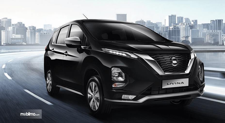 Gambar ini menunjukkan All New Nissan Livina warna hitam tampak bagian depan