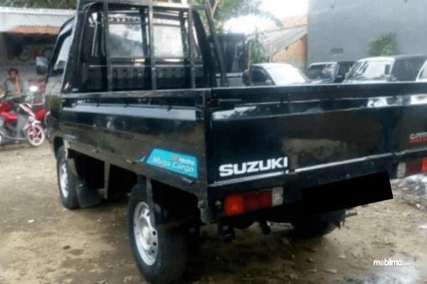 Gambar ini menunjukkan Mobil Suzuki Carry Pick Up 2015 warna hitam tampak belakang