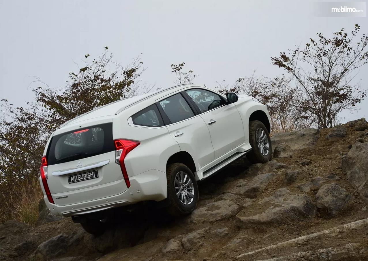 Foto Mitsubishi Pajero Sport tampak dari samping belakang