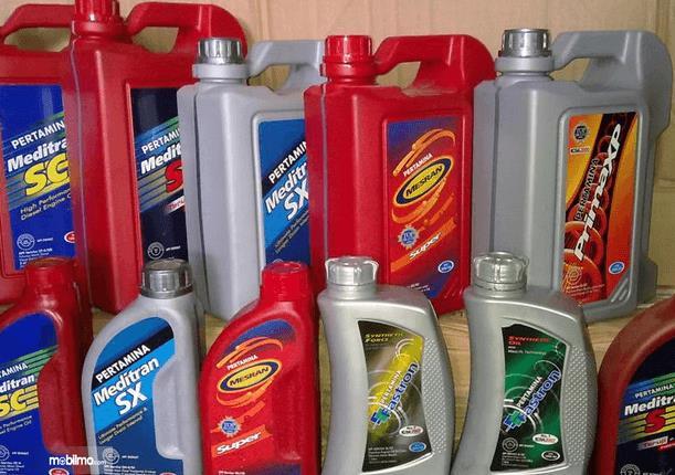 Gambar ini menunjukkan beberapa oli dalam derigen dengan berbagai merek