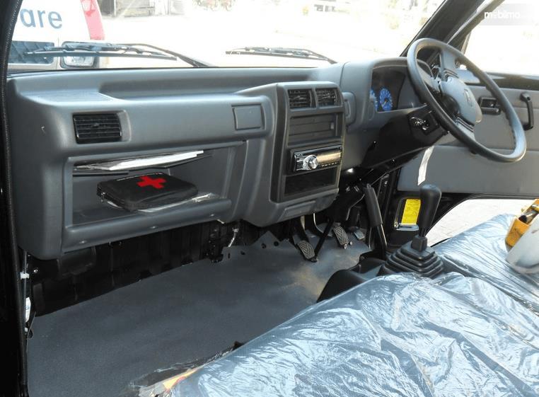 Gambar ini menunjukkan interior pada mobil Mitsubishi Colt T120SS 2015