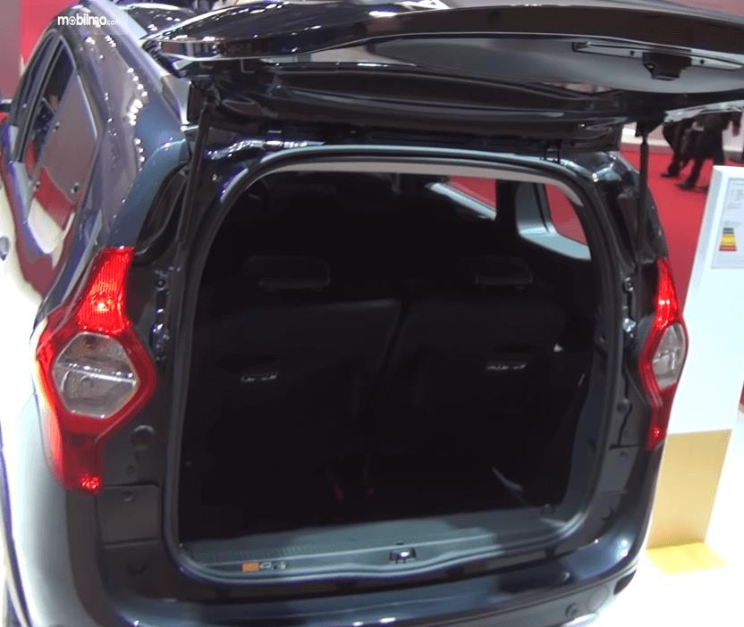 Gambar ini menunjukkan bagasi mobil Renault Lodgy 2019 dengan pintu belakang terbuka