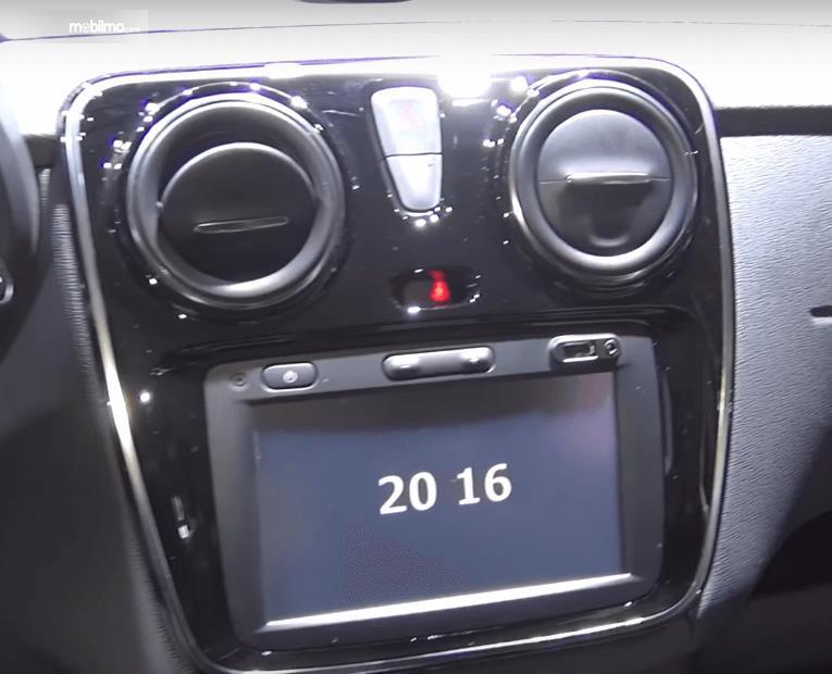 Gambar ini menunjukkan head unit pada mobil Renault Lodgy 2019