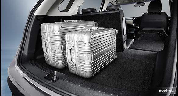 Foto bagasi Wuling Almaz 1.5 Turbo CVT 2019 dengan 2 koper di dalamnya