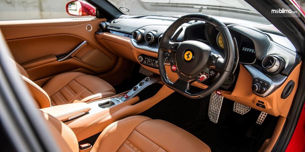 Dashboard Ferrari F12berlinetta 2012 disematkan dengan beragam fitur menarik