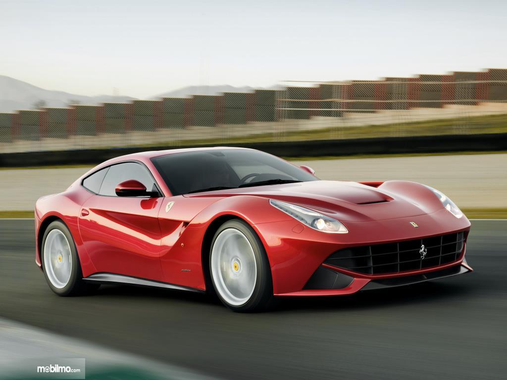 Ferrari F12berlinetta menggunakan desain bodi yang cenderung aerodinamis